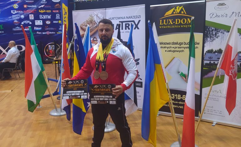 Aleksander Kita na podium Mistrzostw Europy Powerlifting