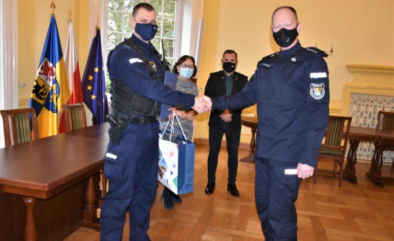 Starosta i Patryk Bianga docenili obywatelskie zatrzymanie. Nagroda dla sierż. Mateusza Komorowskiego