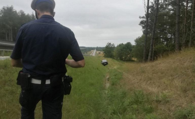 Poszukiwany przez prokuraturę zasnął za kierownicą i zjechał do rowu