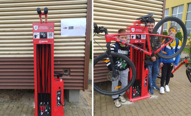 Samoobsługowa stacja rowerowa stanęła przy szkole w Nowej Wsi